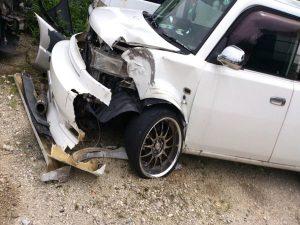 壊れた白い車