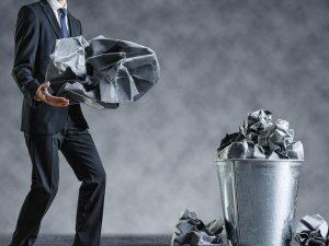 ごみを処分するスーツの男性