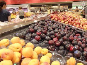 スーパーマーケットの果物売り場