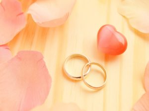 2つの指輪とピンクのハート