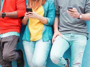 携帯を触る男性と女性